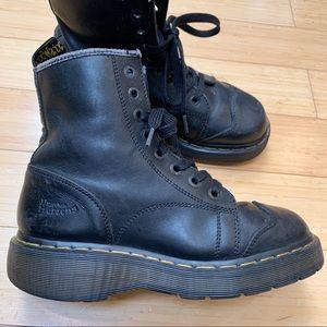 DR. MARTEN'S 2A73 black leather combat boots, 7.